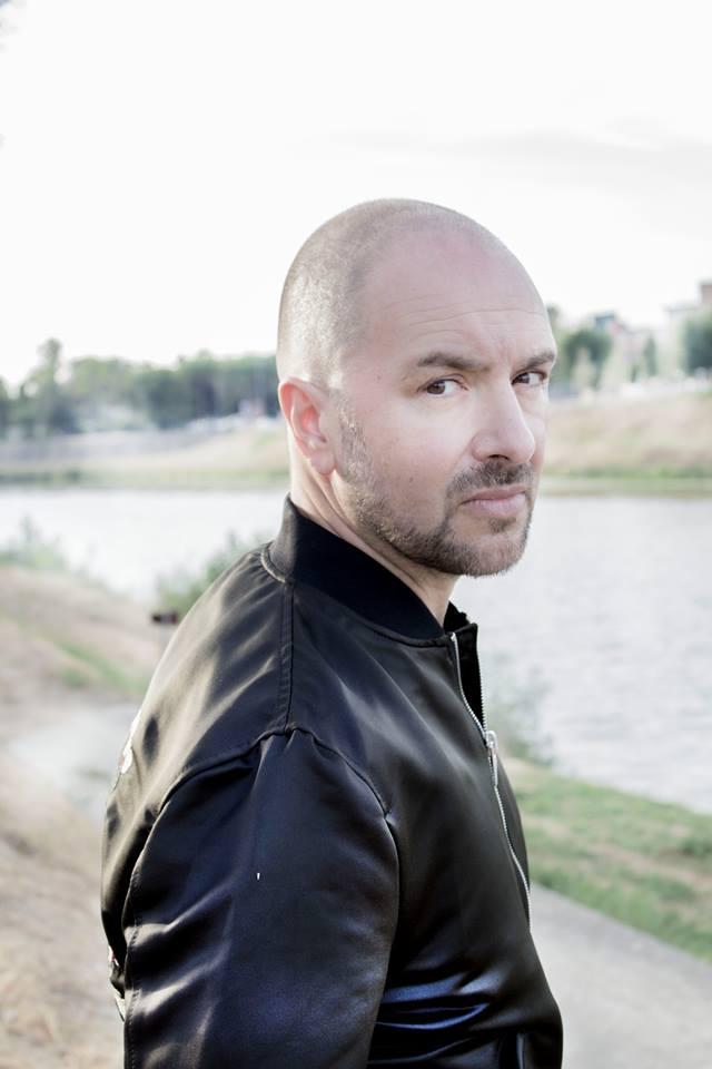 Il cantautore Alessandro Canino