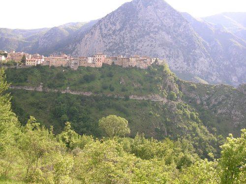 """Il borgo medievale fortificato di Castrovalva che come """"un nido d'aquila"""" domina la Valle del Sagittario"""