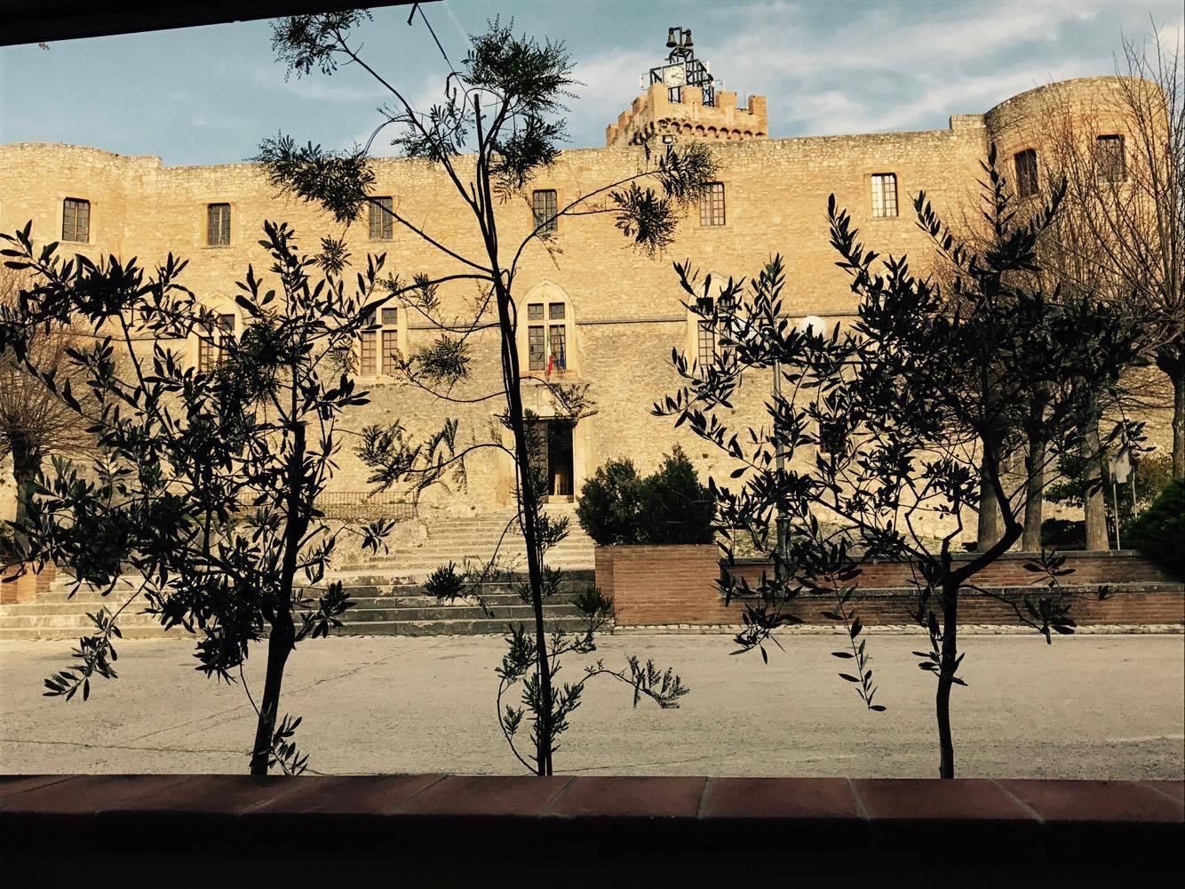 Foto in HD della facciata principale del Castello di Capestrano che ridà sul caseggiato, scatttata dalla veranda del Ristorante Il Castello. Si ringraziano i titolari per averci concesso la foto