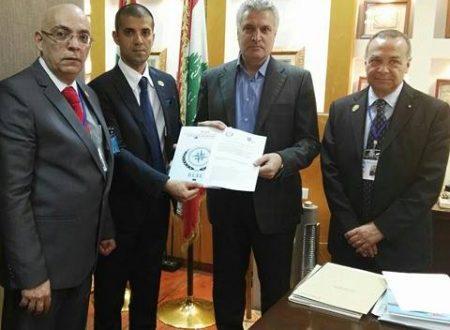 Luciano Consorti del DESI e l'Ammiraglio Veri consegnano una proposta di protocollo d'intesa al Libano