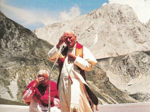 """25 anni fa Giovanni Paolo II tornava sul """"suo"""" Gran Sasso per inaugurare la chiesetta della Madonna della Neve, restaurata dagli Alpini"""