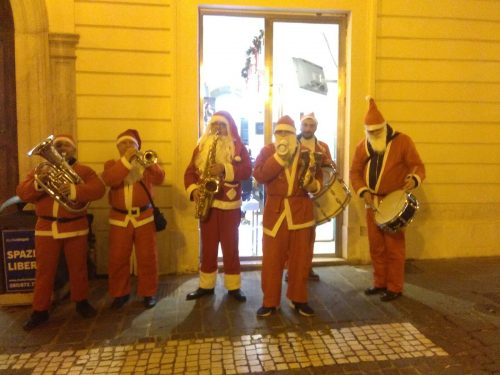 Alla Vigilia i Babbi Natale Musicisti Itineranti per Corso Marrucino