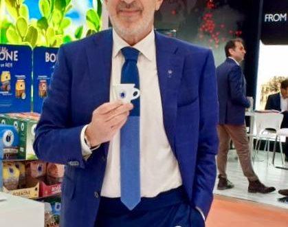 """Il manager Fulvio Di Santo, direttore commerciale di Caffé Borbone, premiato sabato 13 aprile al Civico 20 RistorArtGallery di Roccascalegna con la targa """"Imprenditore di Successo"""""""